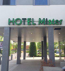 neon-hotel-mister-01