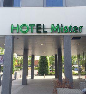 neon-hotel-mister-02