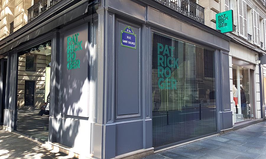 Rue St. Sulpice à Paris - logo lumineux, vitrophanie et drapeau lumineux double face