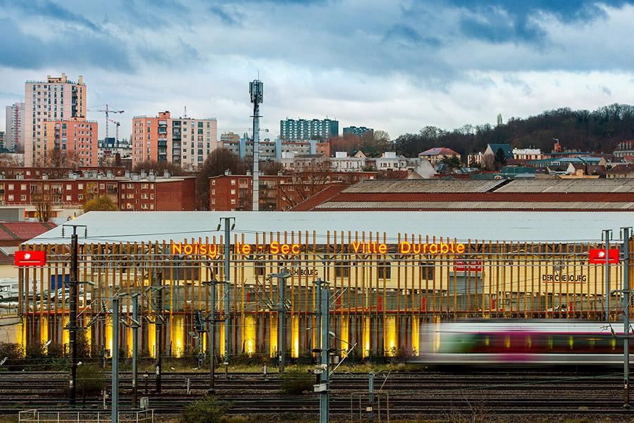 Le résultat est bien visible aussi bien de la voie ferrée que du viaduc routier enjambant les lignes ferroviaires.