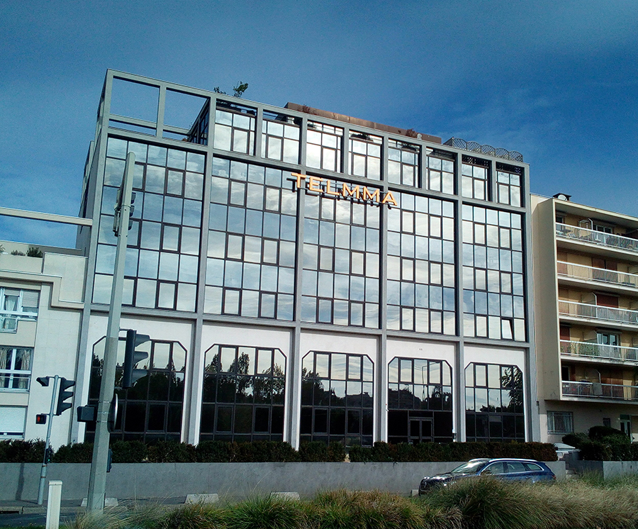 Enseigne lumineuse sur la façade du bâtiment Telmma.