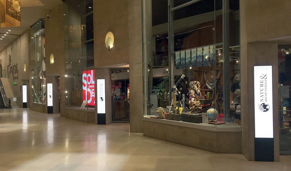 Carrousel du Louvre - Totems lumineux